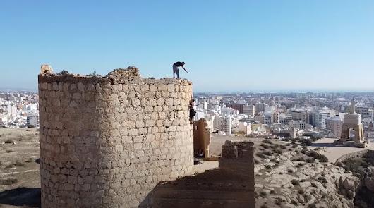 Jóvenes vulneran las murallas protegidas de la Alcazaba para hacer acrobacias