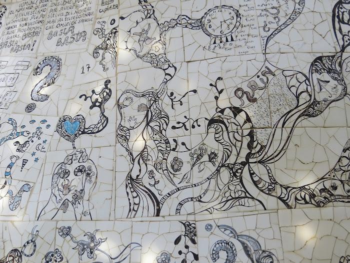 Niki de Saint Phalle, L'Impiccato (dettaglio dei mosaici), Giardino dei Tarocchi, Capalbio