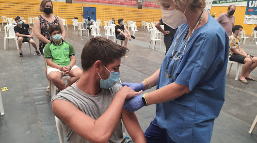 La imagen corresponde a la vacunación de adolescentes almerienses en el Distrito Sanitario Poniente.