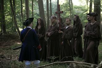 Photo: Munkene forhandler med den franske kaptajn om fangernes liv.