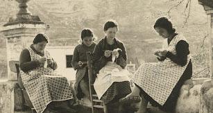 Una imagen entrañable de mujeres cosiendo en Terque hace unas décadas.