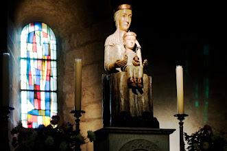 Photo: Die Eglise Notre Dame de Belleville ist eine Kirche aus dem 12. Jahrhundert. Sie war ursprünglich Bestandteil einer Augustinerabtei. Die Darstellungen der Todsünden auf den Kapitellen im Kirchenschiff verdienen eine besondere Beachtung; ebenso die geometrischen Motive, die sich am romanischen Portal der eigentlich gotischen Kirche befinden. Ihren Turm erhielt die Kirche im 13. Jahrhundert.