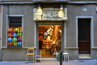 Photo: Les boutiques rivalisent d'ingéniosité pour leurs façades.