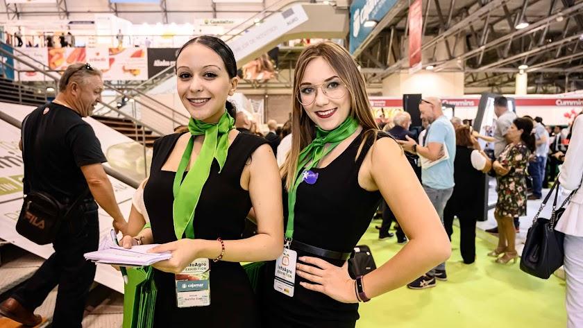 Dos azafatas acreditadas ayer en la Feria Infoagro Exhibition en Aguadulce.