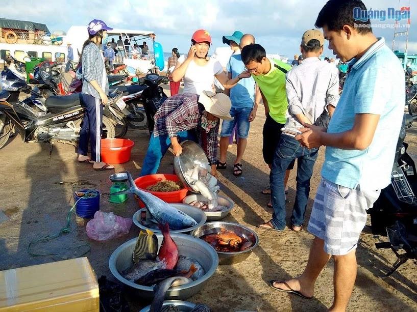 Đây cũng là chợ cá thu hút khá nhiều khách du lịch trên đảo đến tham quan và mua.
