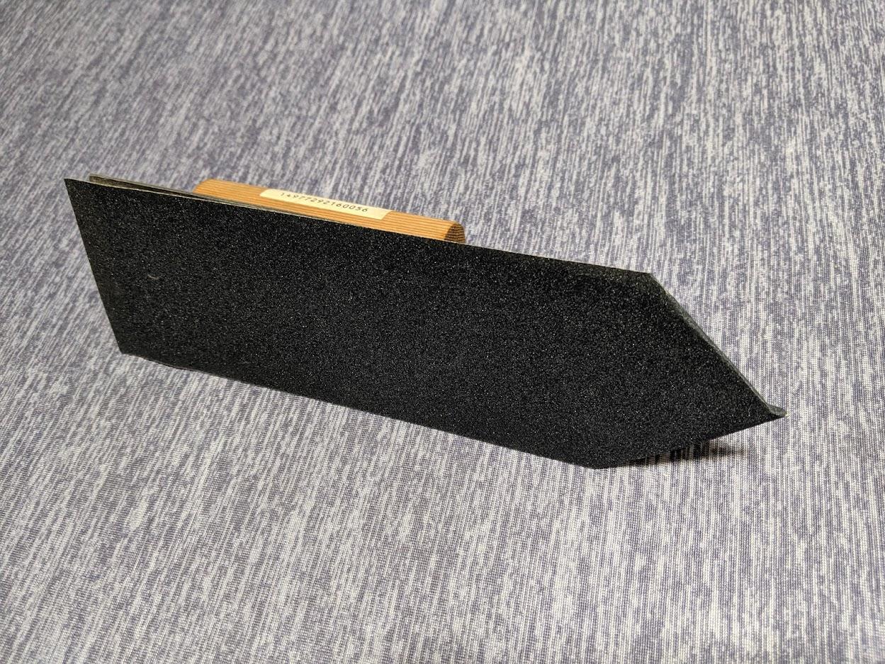 自作のフレットを平らにするヤスリ(左官鏝を使用)