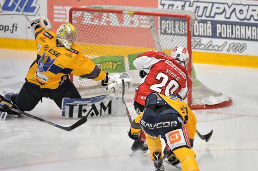 Joonas Vihko satte öppningsmålet i Sport-dressen men i övrigt fanns inte mycket positivt i matchen. (Foto: Samppa Toivonen)