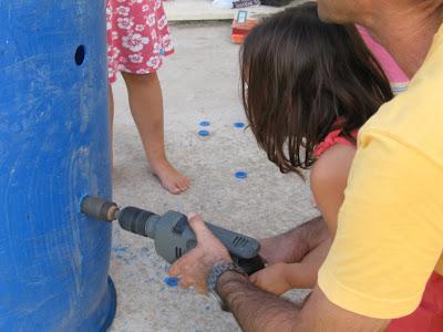 חירור חורים לצורך כניסת אויר. ניתן להשתמש בכוחות עזר לצורך העניין כמו הילדים שלכם, זה גם מעביר להם את אחר הצהריים.