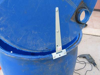 התקנת המכסה, צירים פשוטים שניתן להשיג בכל חנות צרכי בניין, עם ברגי פח פשוטים מתברגים בקלות אל הפלסטיק.