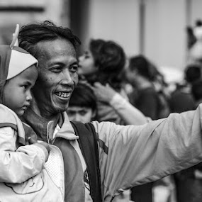 say cheese... :) by Harri Pratama - People Street & Candids ( pwcemotions-dq )