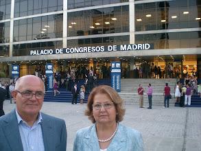 Photo: mariru48 y pacomul en la puerta del Palacio de Congresos frente al Bernabeu, en la graduación de su nene en EXMDCM del #IE