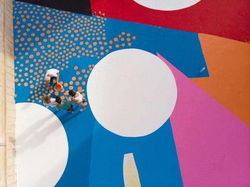 Un mural de colores brillantes brinda una sorprendente actualización a un patio escolar en Sicilia