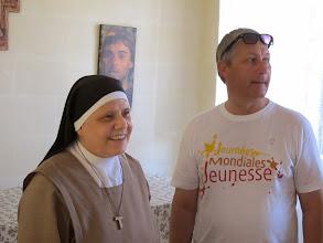 Photo: 13.10.12StJulien : Sœur Ellis, Mère Abesse, avec Père Patrick au monastère des Clarisses