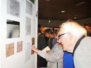 Photo: Bekijken van de tentoonstelling.