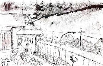 Photo: 雨中的監獄一角2011.09.26鋼筆 雨來了!灰曚曚的天色。鋼筆正好沒水,在墨水斷斷續續下我完成了這畫。