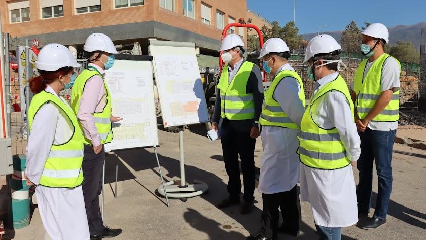 Visita del delegado de Salud para ver el estado de las obras en el Hospital de Poniente.