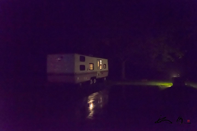 夜のトレーラーハウス
