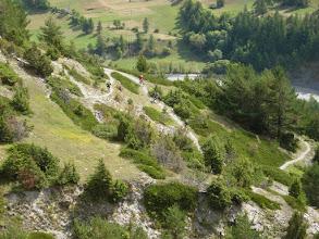 Photo: ROCKY TRIP # 3: CAMINO TRIP QUEYRAS Septembre 2008 par Xav  Après l'Italie, on a pris goût au trip VTT. Cette fois-ci, on délègue l'organisation à Camino. Direction les Hautes-Alpes, pour son Enduro Trip Queyras. Pour la plupart d'entre nous, c'est le 1er trip avec Greg, le boss de Camino(«le spécialiste» des Enduro Trip): un gabarit de rugbyman, une grande gueule doté de nombreuses connaissances, un bon niveau de ride, je comprends mieux pourquoi il en énerve certains dans le milieu du VTT! Nous voilà donc parti pour 4 jours de roulage entre Guillestre et Ristolas. Pour Greg, ce séjour fait parti des trips tests pour évaluer le niveau de ces nouveaux clients: il va pas être déçu!  Pour commencer ce trip, nous débutons par la fameuse descente de Risoul: longue, variée, technique, ludique avec quelques passages aériens. Une bonne entrée en matière pour nous juger. Bilan: au bout de 300 m, Berni a déjà goûté à la bonne herbe des alpages de Risoul, avec en prime une côte endolorie. Pour la dernière descente, on se retrouve sur un tracé mixant différentes trajectoires possibles, une sorte de Four Cross naturel en sous-bois, Greg nous laisse passer devant en nous signalant qu'il n'y a pas de pièges. Résultat: un bon gros tirage de bourre à l'aveugle, de l'engagement sur un sentier technique et 2 chutes, dont un bon par l'avant pour moi, qui aurait pu être fatalpour la fin de la semaine. Après cette descente, je crois que Greg nous a bien cerné!!!  En fin de journée, on remonte la vallée de Ristolas pour atteindre le gîte 7 degrés Est qui se trouve à la fin de la route. On découvre une vieille bâtisse retapée avec goût par son propriétaire; une chose est sûre, Greg sait choisir l'hébergement: le gîte allie confort, bonne table et bonne humeur, avec une terrasse ou une cheminée toutes indiquées pour la bière de l'after-ride.  L'organisation est bien gérée: un Land avec une remorque qui nous permet d'accéder en 4x4 à des sentiers difficilement accessibles à la pédale