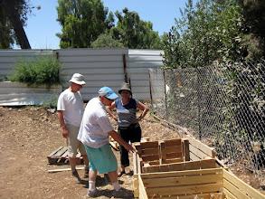 Photo: שבוע אחרי אירוע הפתיחה - יום העבודה הראשון בגינה: בנינו קומפוסטר נוסף ממשטחים