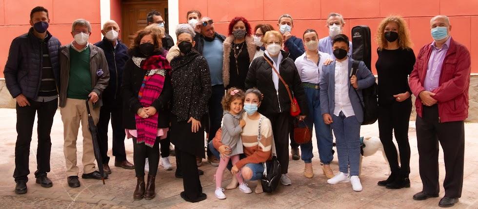 Un grupo de profesores, artistas y vecinos participan en el sencillo acto en torno a Ana Belmonte.