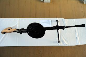 Photo: Lehký kulomet Degtyarev DP-28.Sovětský kulomet se vyvíjel už od roku 1923, prvního nasazení se dostal třeba ve Španělské občanské válce v roce 1936. Největší uplatnění ale měl během druhé světové války, kde spolu s těžkým kulometem Maxim sloužil jako podpůrný kulomet v řadách Rudé armády. Některé verze těchto kulometů (DT a DTM) byly lafetované na tancích a letounech. Diskové zásobníky se posléze ukázaly jako nespolehlivé, proto byly nahrazeny kulometnými pásy. Autor popisku - Štěpán Pravda, student 2. A.