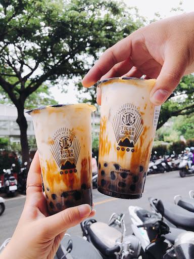 跟珍煮丹的黑糖珍珠鮮奶不同 黑糖是淋在杯壁在加鮮奶 做出類似虎斑紋的特色 黑糖珍珠本身也較軟 可惜無法調糖度有點殘念