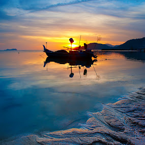 Low tide sunset by Izham Khalid - Landscapes Waterscapes ( reflection, sunset, sampan, low tide, seaside )