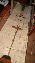 Photo: Bunden er ryddet for isoleringsskum, og der er mærket op til bundstokke og plade.