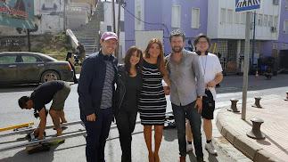 Rosie Pérez  y Jack Whitehall flanquean a la concejala Carolina Lafita, que ha visitado el rodaje.