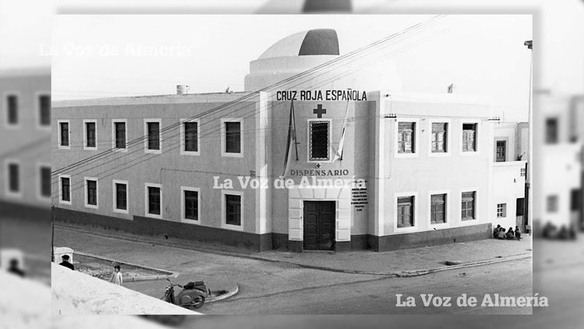 El dispensario de la Cruz Roja en los años cincuenta, ocupando una de las esquinas de la Carretera de Ronda con el barrio de Regiones.