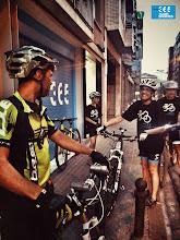 Photo: Els ciclistes reunint-se davant botiga ciclisme de Manresa Triskel 365