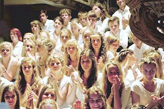 Photo: Abschlusskonzert der 35. Singwanderung der St. Johannis Kantorei Rostock 2012. Die Singwanderung des Choralchores der 90 Sängerinnen und Sänger ist seit 1978 ein jährlich wiederkehrender Höhepunkt der Chorarbeit des Ensembles. Jeweils eine Woche lang wandert der Jugendchor durch Mecklenburg täglich 15-30 km und führt abends in einer Kirche ein Konzert auf.
