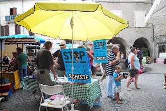 """Photo: Les Vans 24 août 2013 - Déambulation Stop aux gaz & huiles de Schiste sur le marché pour protester contre la reprise des reherches sismiques sur le permis """"Bassin d'Alès"""" - © Olivier Sébart"""