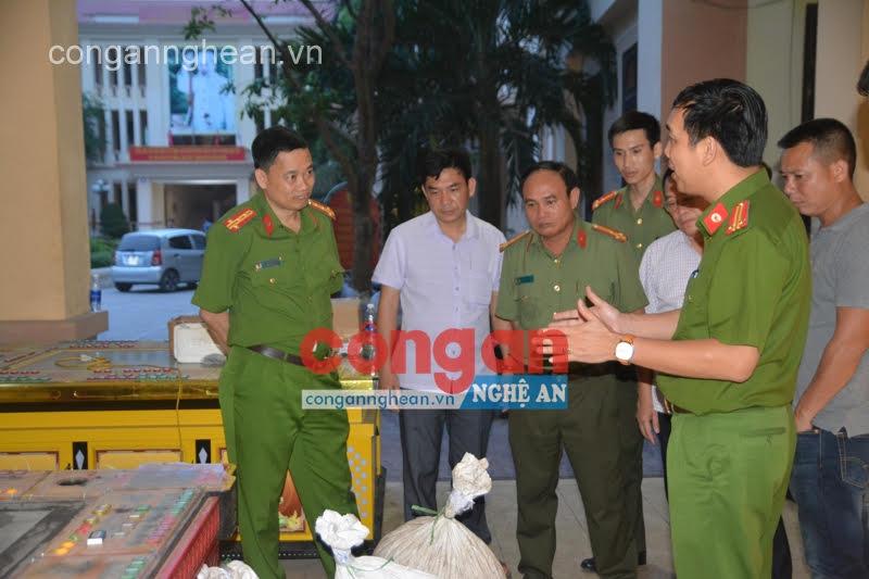 Trung tá Tạ Đình Tuấn (ngoài cùng bên phải) báo cáo kết quả chuyên án với Đại tá Nguyễn Mạnh Hùng, Phó Giám đốc Công an tỉnh