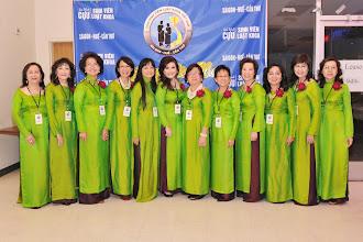 Photo: Các chị trong Ban Điều Hành với bộ áo dài đồng phục màu xanh lá mạ