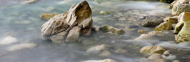 """Photo: En la vida real, esta escena no era más que unas cuantas rocas y piedras al borde de una playa, pero como pueden apreciar, es asombroso lo que existe tras """"la realidad"""" cuando la manipulamos con un lente..."""