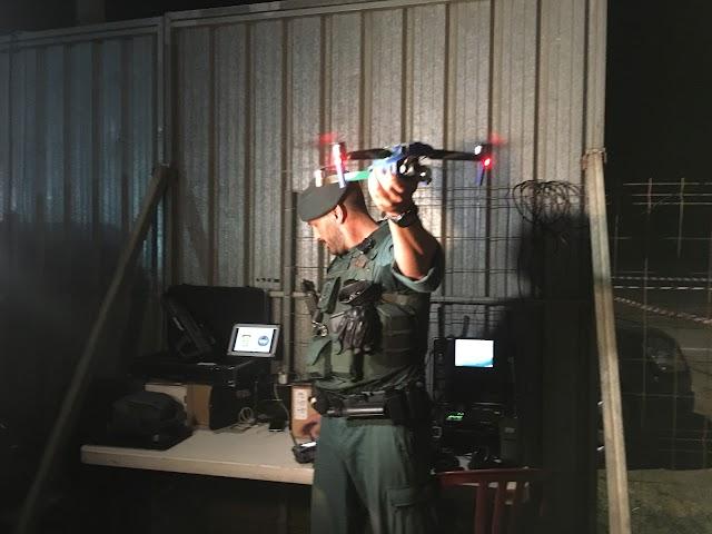 Guardia Civil preparado para volar un dron de vigilancia.