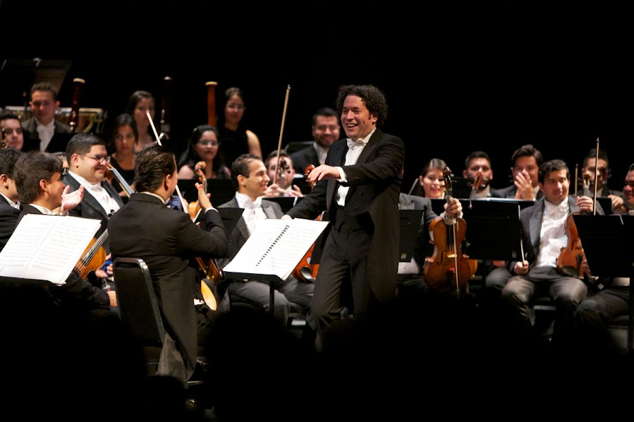Al terminar el concierto con la Séptima Sinfonía de Beethoven, el maestro Gustavo Dudamel se dirigió al concertino de la Orquesta Sinfónica Simón Bolívar de Venezuela para felicitarlo por el concierto brindado al público del Zellerbach Hall, en la Universidad de California en Berkeley.