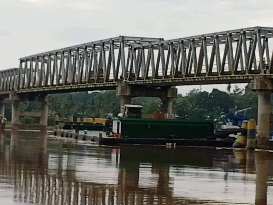 Ponton Tongkang pengangkut Minyak CPO Tabrak Jembatan Semuntai