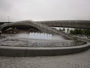 Photo: Przed gmachem fontanna, z tyłu buduje się kładka