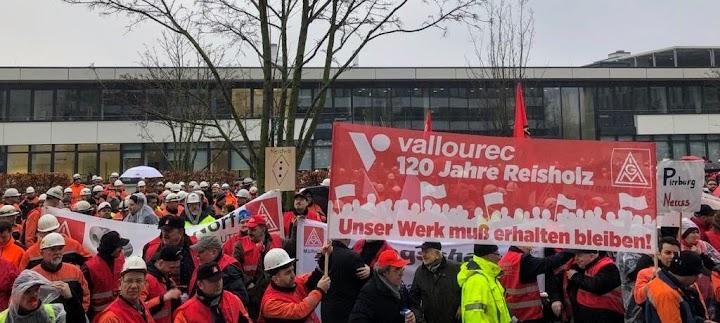 allourec-Arbeiter demonstrieren, IG-Metall-Transparente.