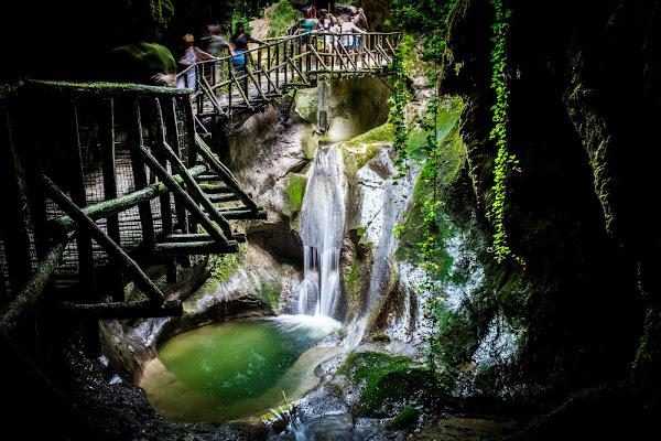 Spiraglio di luce nella grotta di yourockphoto.com