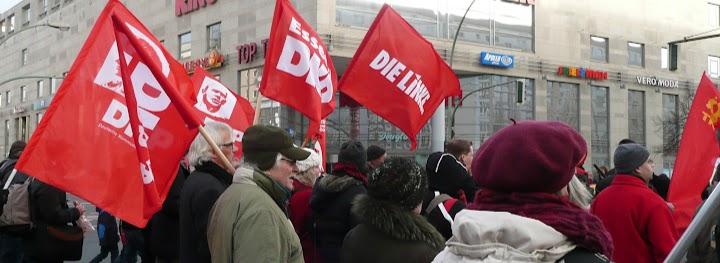 Demonstranten mit roten Fahnen.