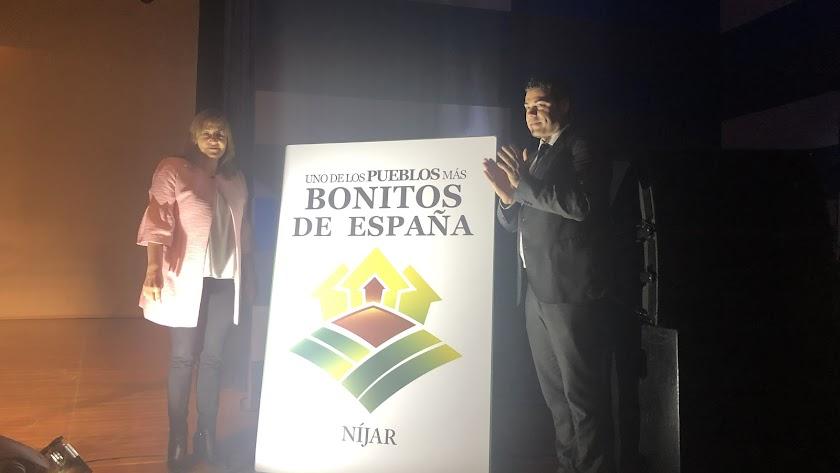 La alcaldesa de Níjar, Esperanza Pérez, junto al presidente de la Asociación, Francisco Maestre.