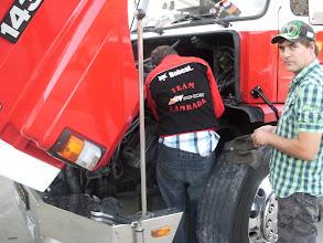 Photo: Willem aan het repareren... Hans kijkt toe!