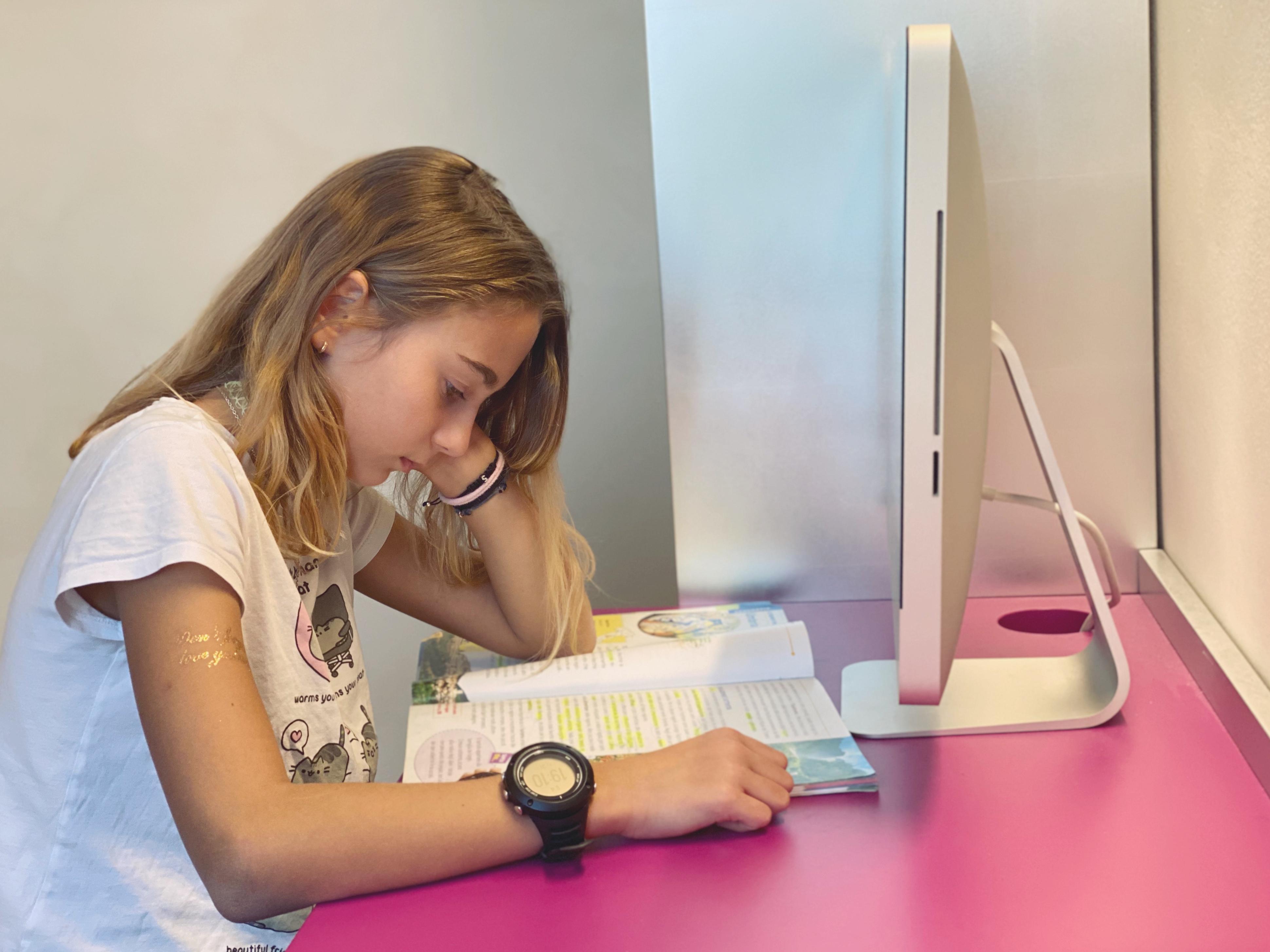 Una ragazza sta studiando  di AuturmM