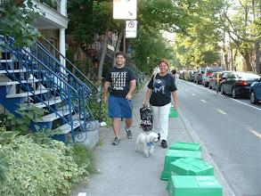 Photo: Caminando por las calles del Plateau. Los potes verdes son de reciclaje... aqui, la sociedad es muy conciente del ambiente