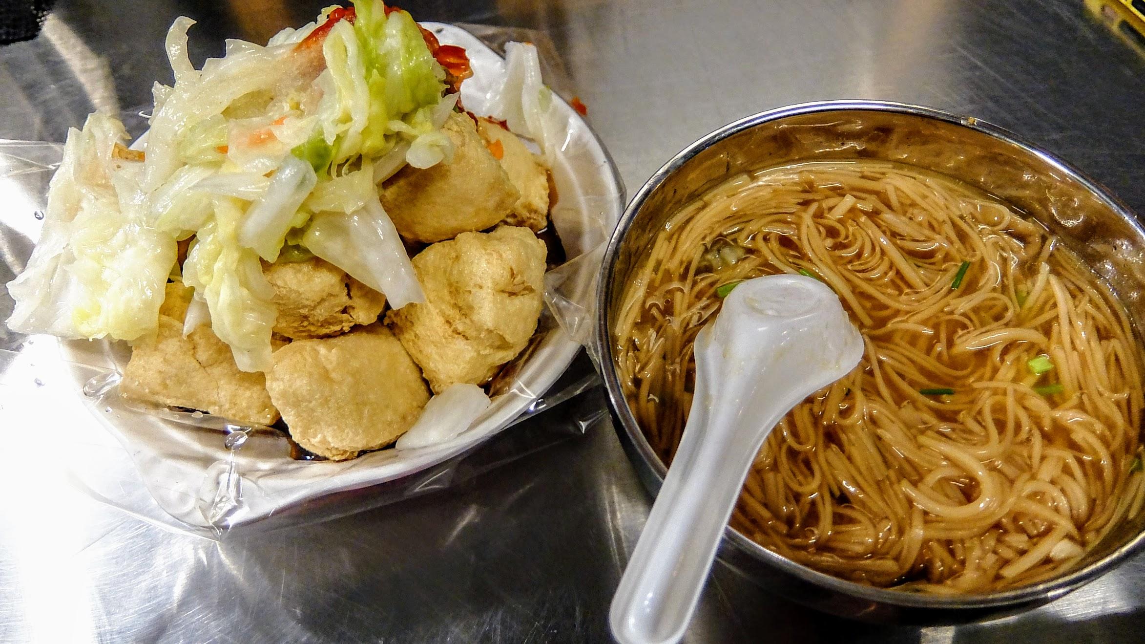 加班太晚,路上塞車,就先來這邊吃個臭豆腐和麵線糊當晚餐囉!
