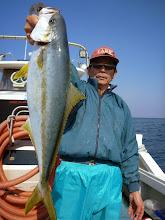 Photo: イマムラさんもヒラスでした! ・・・船頭さん、ガンバッてシャクりましたがダメ!筋肉痛になって撃沈。