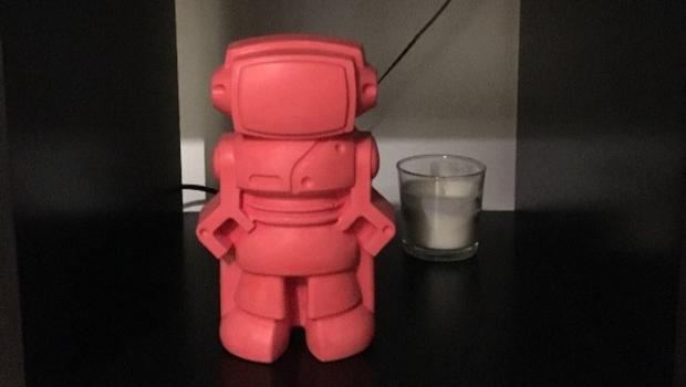 Robot rouge en béton